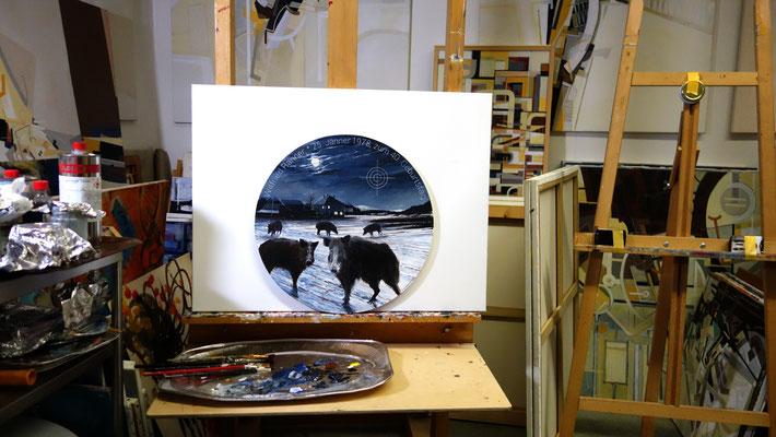 Im Atelier, mit vorwiegend abstrakten Arbeiten, wirkt die Ehrenscheibe etwas fremd...