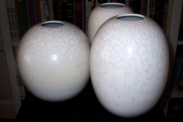 """""""Ad ovo"""" (lat.; wörtlich """"vom Ei"""" an) - Steinzeug gedreht, glasiert und geritzt (2002)"""