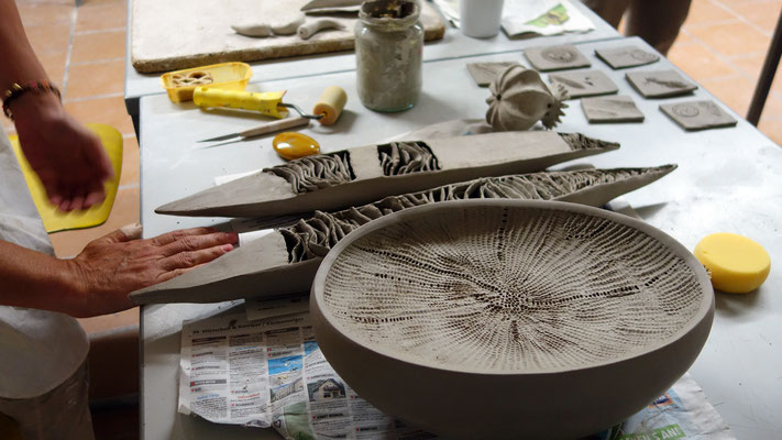 Ein kleiner Moment aus dem Fortgeschrittenenkurs Keramik. Formen aus der Natur bildeten den Ausgangspunkt für spannende Arbeiten.