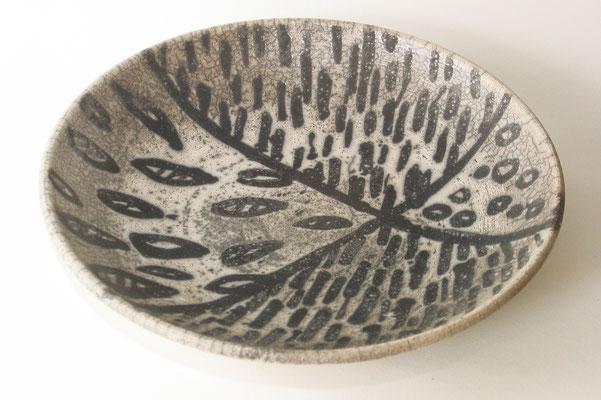 Gedrehte flache Schale mit Wachsaussparungen (35cm)