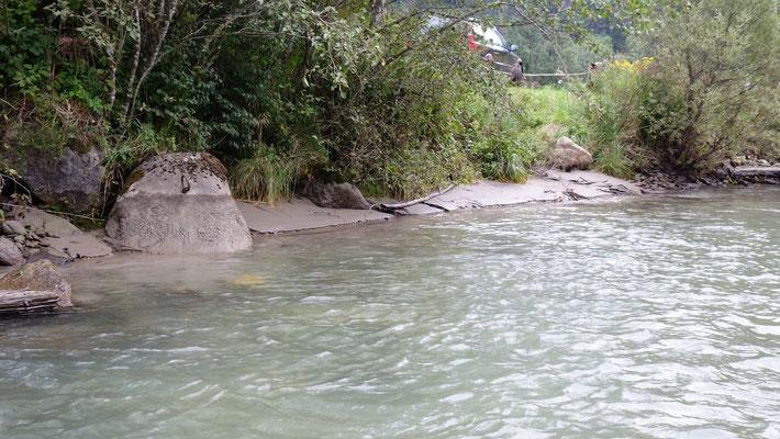 Deutlich ist hier der Unterschied des Wasserstands ablesbar:  50 cm sind normal, 70 cm möglich.