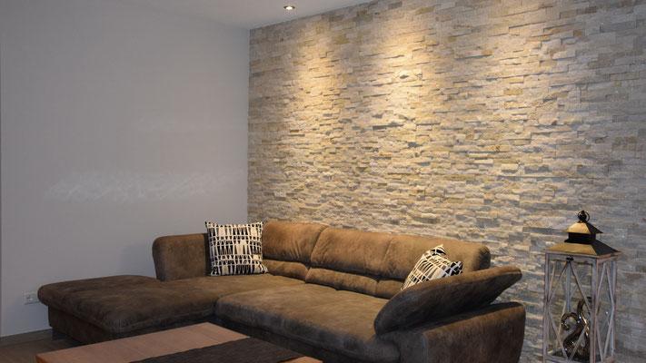 Wohlfühlen im Wohnzimmer mit Natursteinverblender