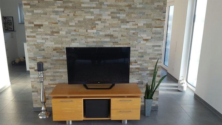 Zeitlos und schön - Schauwand im Wohnzimmer mit Natursteinverblender