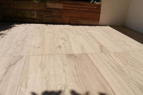 Balkone und Terrassen mit warmen Feinsteinzeug-Elemente in Holzoptik