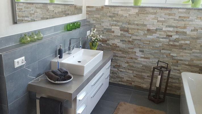 Natürliche Eleganz im Bad mit Natursteinverblender