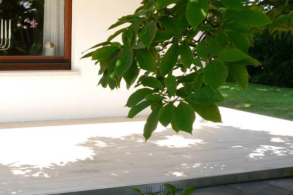 Natürliche Balkone und Terrassen mit Feinsteinzeug-Elemente in großformatiger Holzoptik