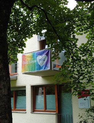 Banner am zentralen Pfarrbüro