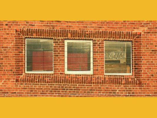 Diese und weitere solche Fenster liegen direkt gegenüber dem S-Bahnsteig auf dem Bahnhof Erkner. Das ist keine optische Täuschung – hier wurde wirklich schräg gebaut