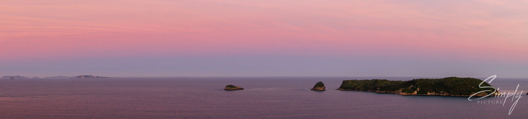 Hahei, Cathedral Cove, Sonnenaufgang mit rot-violettem Himmel, Inseln im Ocean
