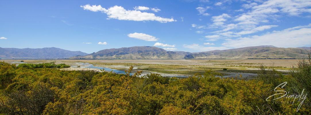 Otago, Nähe Omarama, Clay Cliffs, Sicht auf das Panorama der Flusslandschaft von den Clay Cliffs