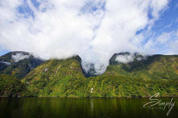 Manapouri, Doubtful Sound, Meeresarm in mitten von hohen Bergen