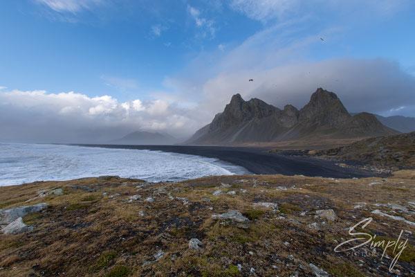 Berge, Strand und Meer in der nähe des Hvalnes Lighthouse.