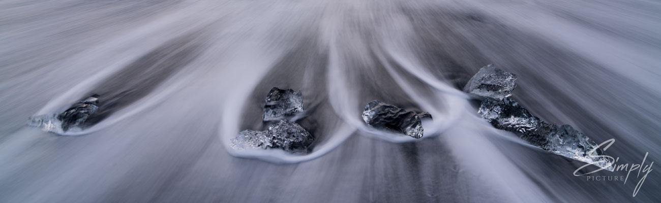 Klare Eisscholle umspühlt vom Meer am Diamond Beach bei dem Jökulsárlón Glacier Lagoon.