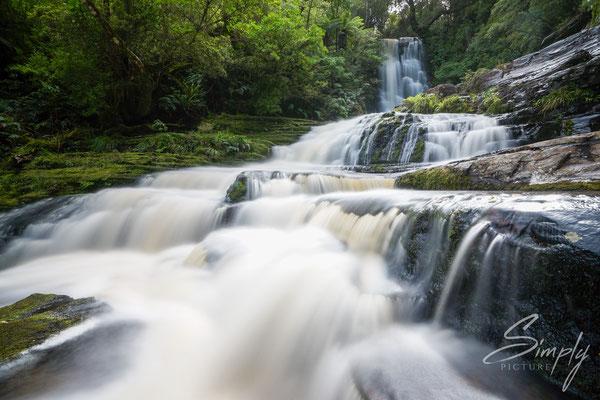 Catlins Forest Park, McLean Falls, Wasserfall in mitten des subtropischen Urwaldes, Langzeitaufnahme