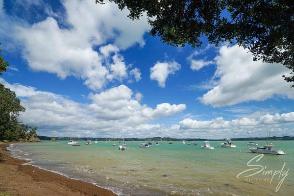 Paihai, Strand mit vielen kleinen Schiffen in der Bucht-intensive Farben, raumhafter Strand