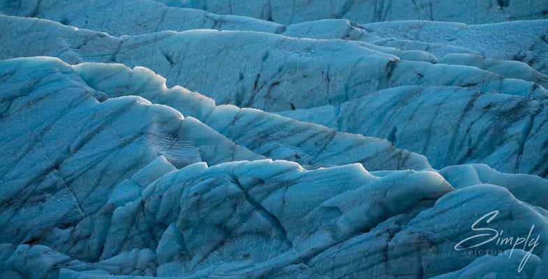 Blau-weisses Gletschereis des Svínafellsjökull Glacier.
