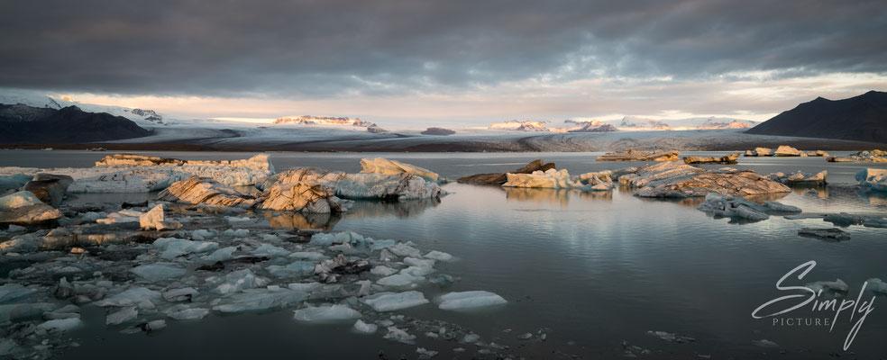 Sicht auf die Jökulsárlón Glacier Lagoon.