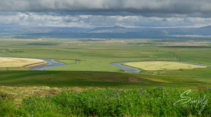Ausblick auf einen romantischen Flusslauf bei Reykholt, Island.