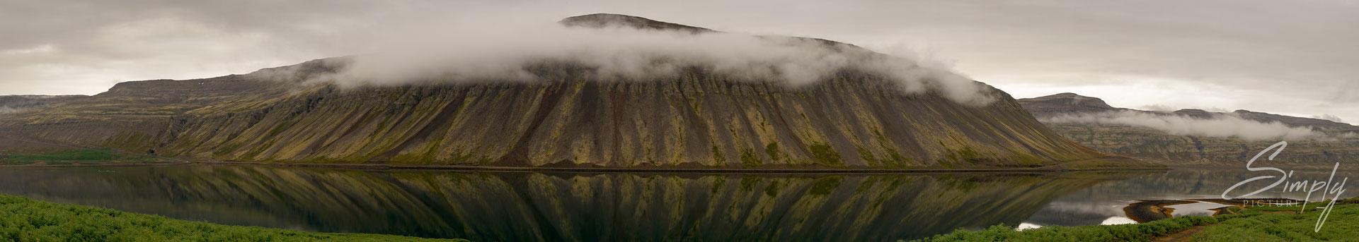 Patreksfjörður, Nebelbank in dem Fjord mit klarer Spiegelung.