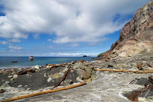 Whakaari, White Island, Bootanlegestelle von der Vulkaninsel aus fotografiert