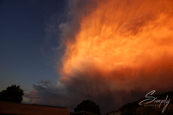 Nelson, Leuchtent roter Sonnenuntergang mit imposanten Wolken