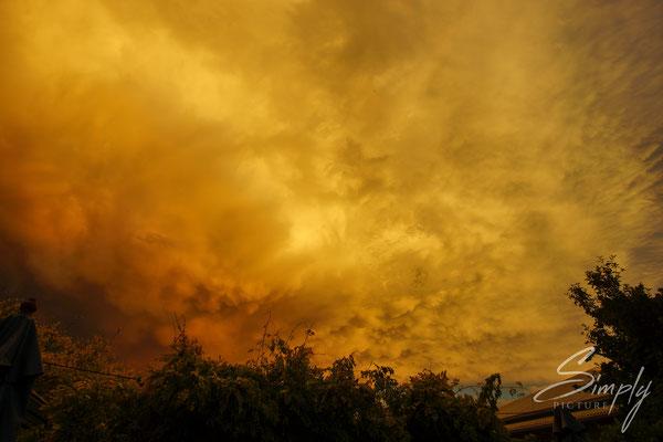Nelson, Leuchtent orangem-goldigen Sonnenuntergang mit imposanten Wolken
