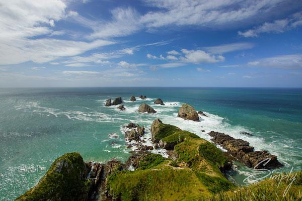 Kaka Point, Sicht auf das tosende blau-grüne Meer mit dein kleinen vorgelagerten Inseln