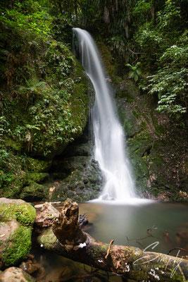 Half Moon Bay, Wasserfall in der Nähe der Strasse