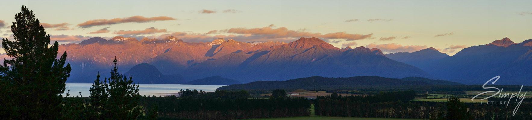 Manapouri, Sonnenaufgang mit der Siluette dem neuseeländischen Alpenpanorama