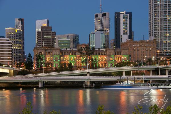 Queensland-Brisbane in der blauen Stunde-Skyline, von der South Bank her