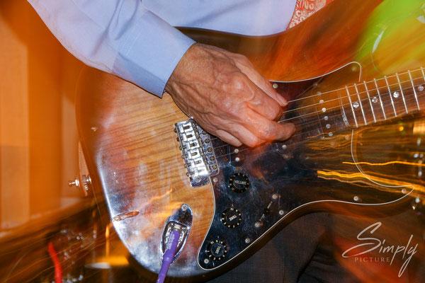 Queensland, Hochzeit in Brisbane, Guitare mit künstlerischen Lichteffekten fotografiert