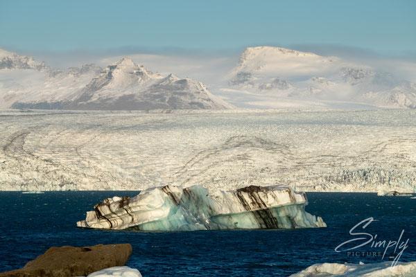 Grosse Eisscholle in der Jökulsárlón Glacier Lagoon.
