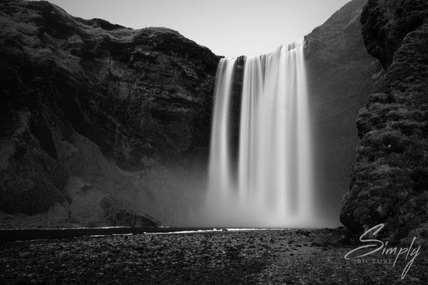 Skógafoss Waterfall in schwarz-weiss.