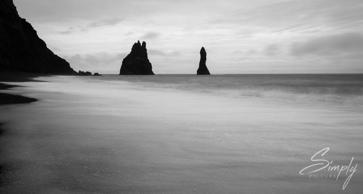 Felsen im Meer vor dem Reynisfjara Strand.
