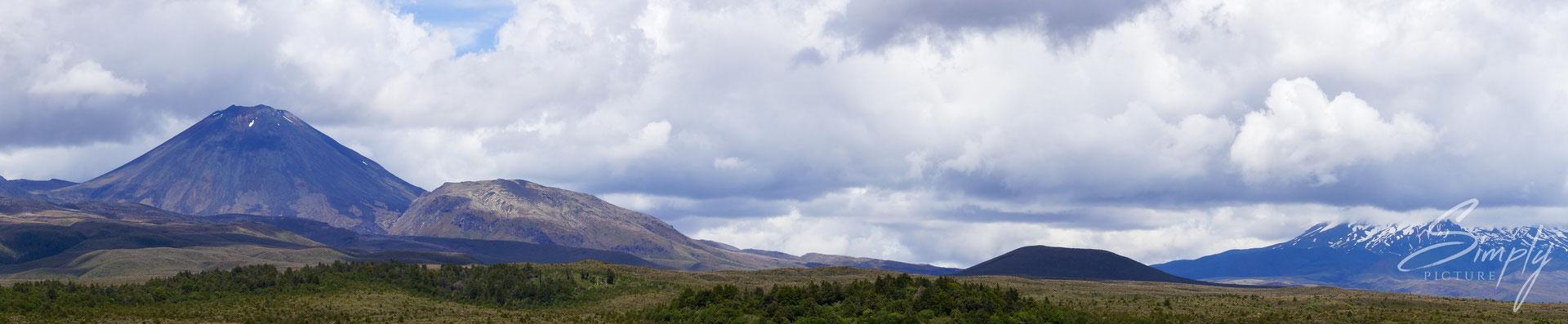 Otukou Road, Mount Ngauruhoe, Panoramasicht auf die Vulkane der Nordinsel mit etwas Schnee