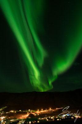 V-Förmige grün leuchtende Aurora Borealis bei Vík í Mýrdal.