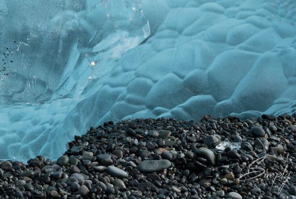Klares, blaues Eis einer Eisscholle in der Jökulsárlón Glacier Lagoon.