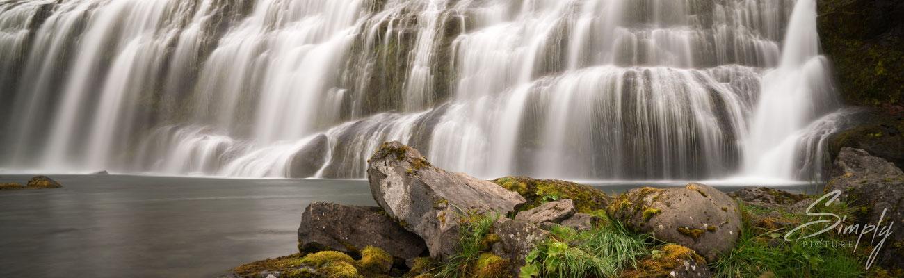 Dynjandi Wasserfall mit beeindruckenden rund 100 Meter Höhe und 90 Meter Breite.