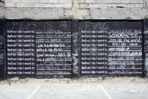 """Christchurch,Hauswand mit Aufschriften nach dem Erdbeben 2011, """"Before I die I want to..."""""""