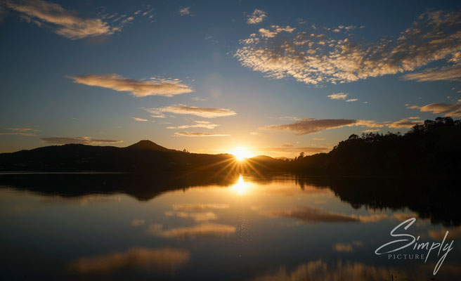 Paihai, Sonnenuntergang über den Meer mit einigen Inseln in der Ferne