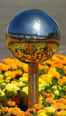 Napier, Sunken Gardens, Spiegelung von Blumen in einer glänzenden Kugel