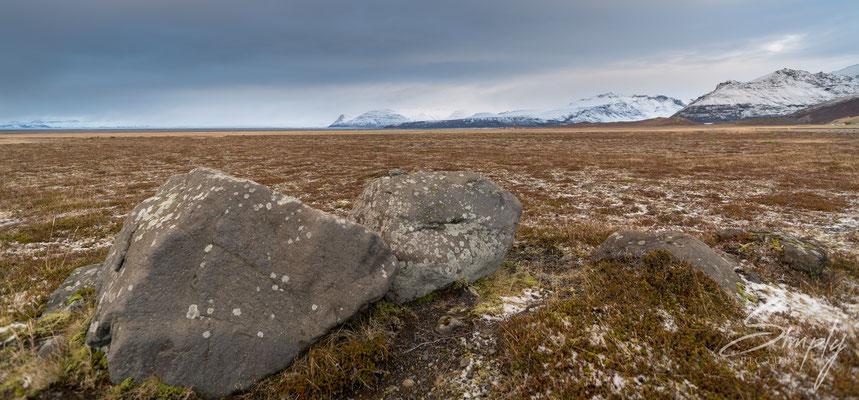 Landschaft mit grossen Steinen und Bergen im Hintergrung nördlich von Laufskálavarða.