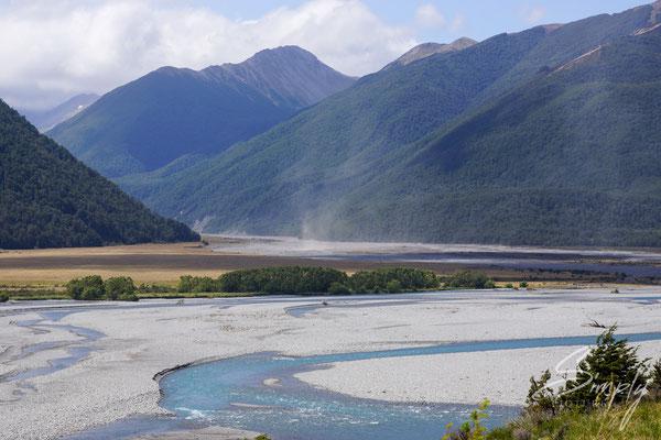 Canterbury, Flussbett mit viel Kies und intensiv, blauem Fluss in mitten der hohen Berge in den neuseeländischen Alpen