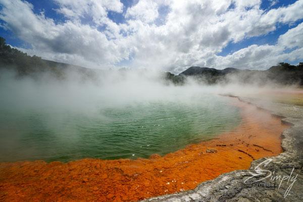 Rotorua, Wai-O-Tapu, rot-blauer Vulkansee mit Nebel