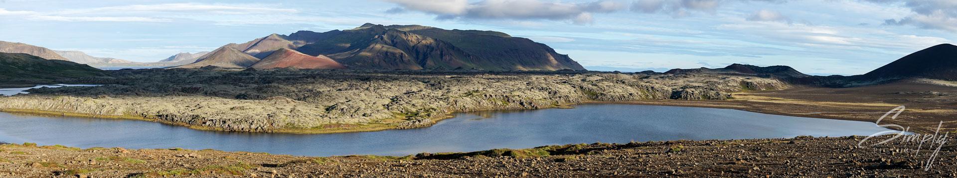 Lavafeld mit kleinem See und Überwucherungen in der Gegend von Vesturland.