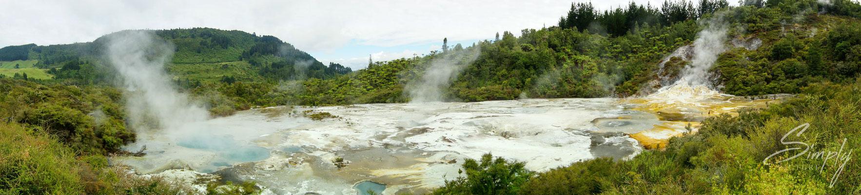 Rotorua, Hidden Valley, dampfendes vulkanisches Wasserfeld mit gelben schwefelablagerungen