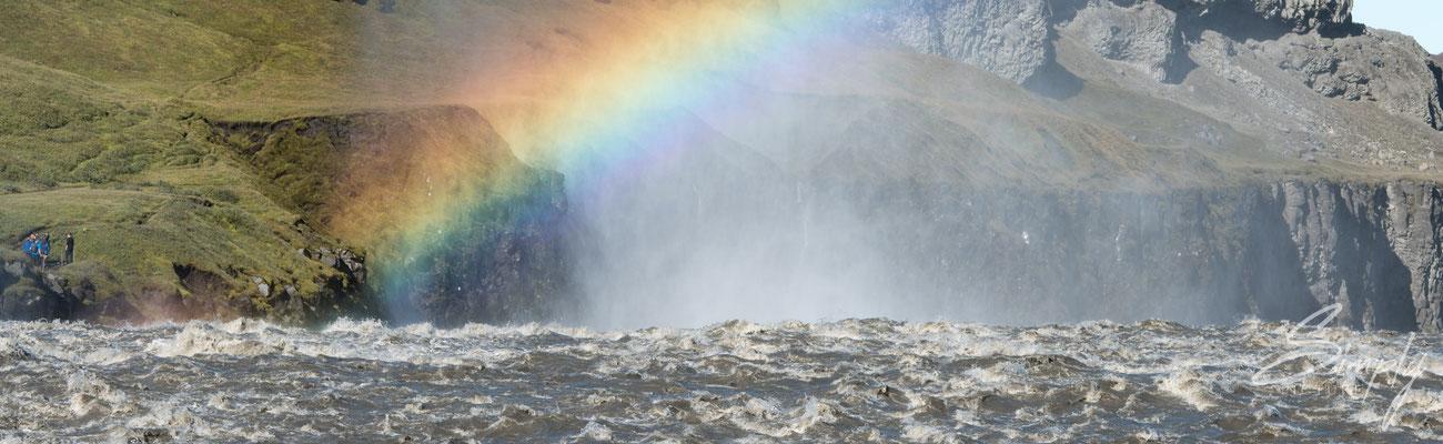 Dettifoss mit Regenbogen von der östlichen Seite.