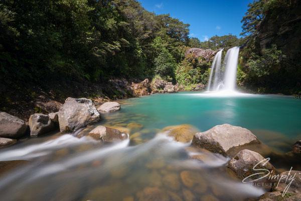 Tongariro Forest Park, Wanganui-Tawhai Falls, Gollums Pool, Wasserfall im Nationalpark, Sonnenschein und subtropischer Urwald, Langzeitaufnahme