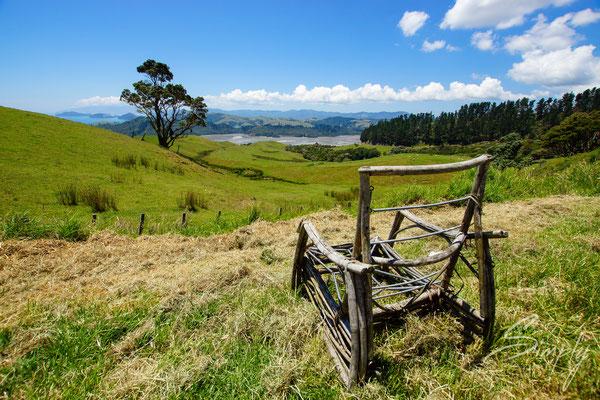 Coromandel, Flussmündung mit grünen Hügeln, Holzstuhl mit traumhafter Aussicht