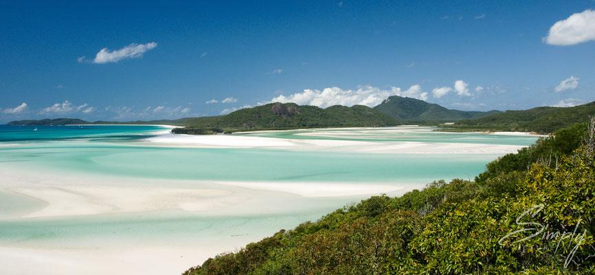 Queensland, Whitsundays, Whitehaven Beach, weisser Strand mit hellbauem Meet und strahlend blauem Himmel